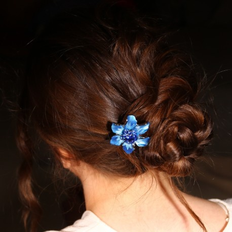 Chignon bas barrette cheveux fleur Marie bleue